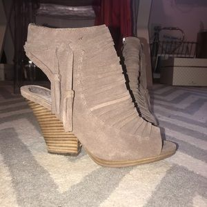 Vince camuto taupe tan fringe booties suede size 9